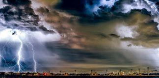 Στα βόρεια προάστια σημειώνονται έντονες βροχοπτώσεις και καταιγίδες, αυτή την ώρα, που κατά τόπους πυκνώνουν, μαυρίζοντας τον ουρανό.