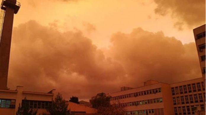 ΚΑΙΡΟΣ ΣΗΜΕΡΑ - Ισχυρή καταιγίδα πλήττει από το πρωί της Πέμπτης την Αττική - Αναλυτική πρόγνωση του καιρού για σήμερα Από το πρωί της Πέμπτης 10 Δεκεμβρίου, ισχυρή καταιγίδα πλήττει την Αττική, όπως είχε προειδοποιήσει με έκτακτο δελτίο επιδείνωσης καιρού η ΕΜΥ. Κεραυνοί «φωτίζουν» τον αττικό ουρανό ενώ πολλή είναι και η ποσότητα της βροχής που πέφτει. Όπως αναφέρει η πρόγνωση, σήμερα αναμένονται βροχές και καταιγίδες, κατά τόπους ισχυρές, στις περισσότερες περιοχές. Σύμφωνα με την ΕΜΥ, χιονοπτώσεις θα σημειωθούν στα ηπειρωτικά ορεινά κυρίως της κεντρικής και βόρειας χώρας. Βαθμιαία αναμένεται να εξασθενήσουν τα φαινόμενα από τα βορειοδυτικά. Οι άνεμοι θα πνέουν αρχικά από νότιες διευθύνσεις 5 με 7 και στο Αιγαίο τοπικά 8 και πιθανώς πρόσκαιρα 9 μποφόρ ενώ βαθμιαία από